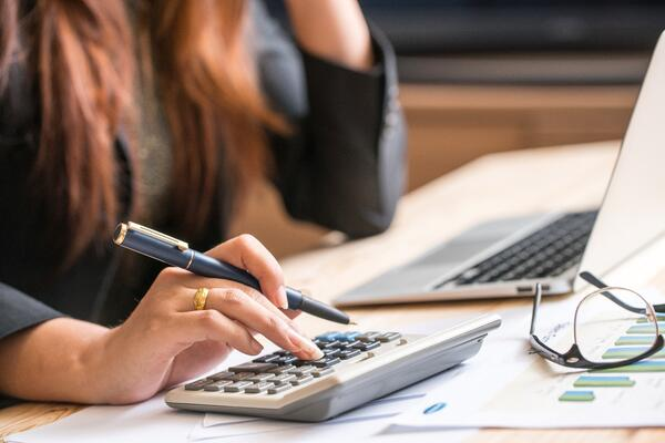 Close-up-of-female-accountant-or-banker-making-calculations.-Sav-538661656_7952x5304 (1)